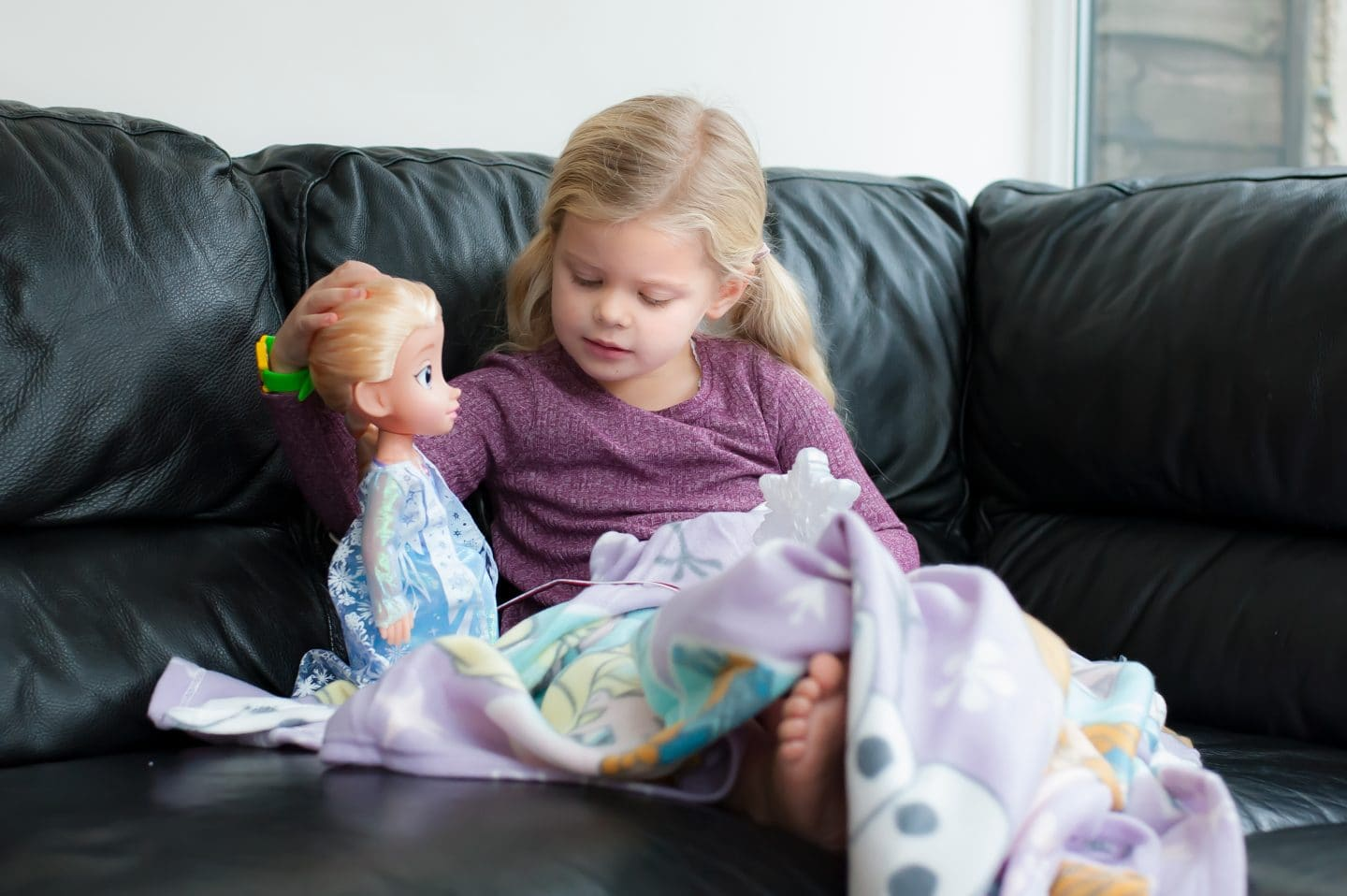 eva-playing-with-elsa-doll2